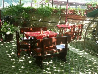 Странноприемница Гюрлата - лятна градина