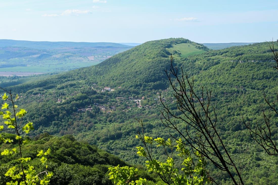 Село Черни връх,заобиколено с дивна природа и красиви гледки